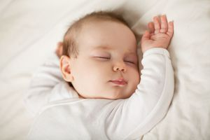 Faire dormir bébé sans risques : certaines stars ne montrent pas le bon exemple