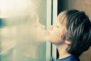 Un dérivé de la vitamine B9 améliorerait le langage chez les enfants autistes