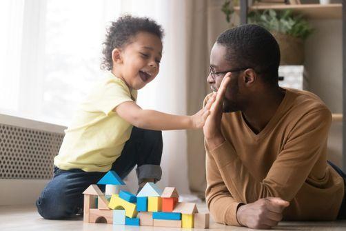 Par le jeu, les pères encourageraient les enfants à se maîtriser