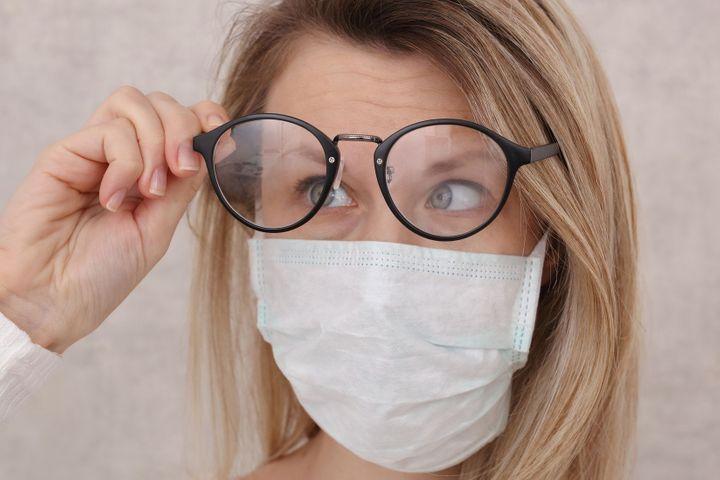 Port du masque : comment éviter d'avoir de la buée sur ses lunettes ? Masque-lunettes-buee