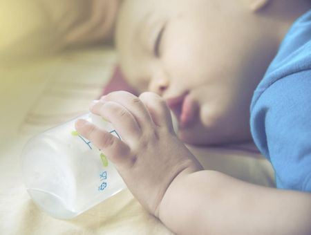 Syndrome du biberon : bébé ne doit pas s'endormir avec un biberon