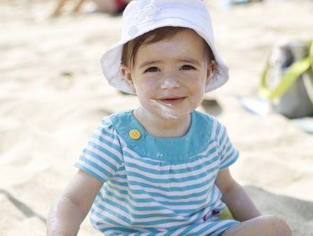 Soleil : les bons gestes pour protéger bébé