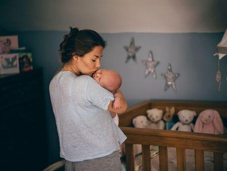 Garder six mois le bébé dans la chambre des parents : pour ou contre ?