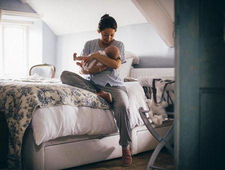 Pour ou contre faire dormir bébé dans la chambre des parents ?