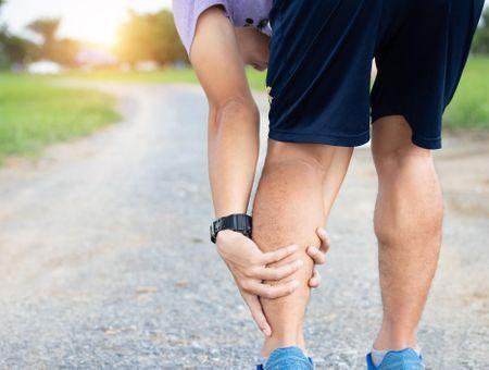 Les élongations : causes, symptômes et traitement