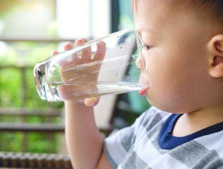 Diabète : un enfant qui boit et urine beaucoup doit consulter
