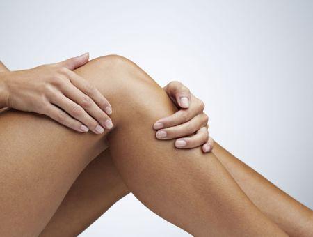 Jambes lourdes : symptômes, causes, comment les soulager ?