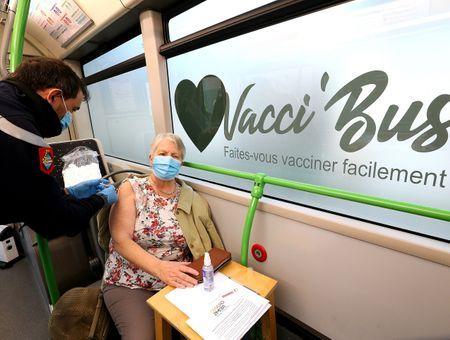 """Vaccin Covid 19 : dans la Marne, un """"Vacci-bus"""" à la rencontre des personnes âgées"""