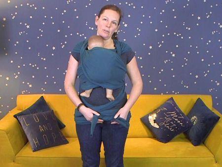 Comment porter bébé dans une écharpe tricotée extensible ?