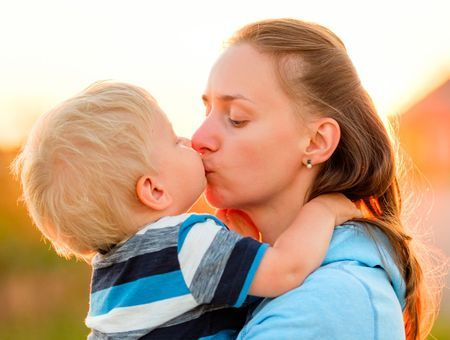 Faut-il éviter d'embrasser son enfant sur la bouche ?