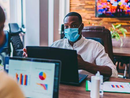 Coronavirus : les gestes barrières à adopter en entreprise, au restaurant et à la maison