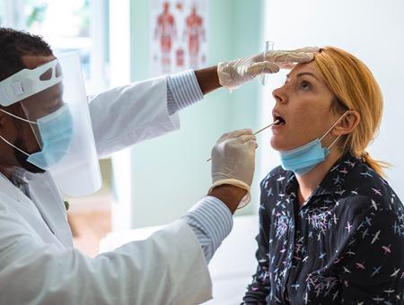 Coronavirus : le test salivaire, c'est quoi ?