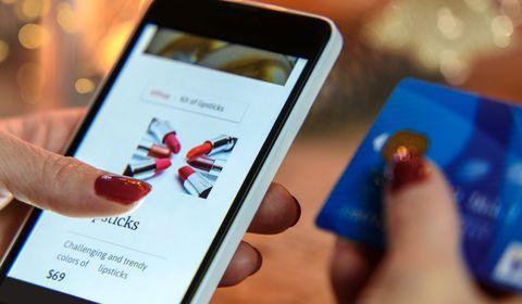 Avis clients, essayage virtuel : les achats beauté en ligne séduisent… sous certaines conditions