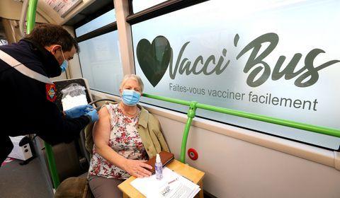"""Dans les campagnes de la Marne, un """"Vacci-bus"""" à la rencontre des personnes âgées"""