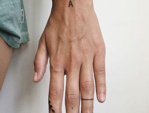 Tatouage lettre - 20 idées de tatouages pour sublimer vos mains