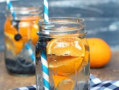 Detox water orange et myrtilles - Detox water : 10 idées de recettes pour un corps sain