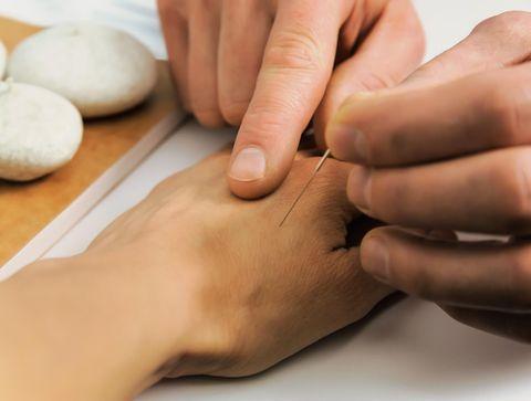 Un point d'acupuncture sur la main - Défenses immunitaires : 10 remèdes pour les renforcer naturellement