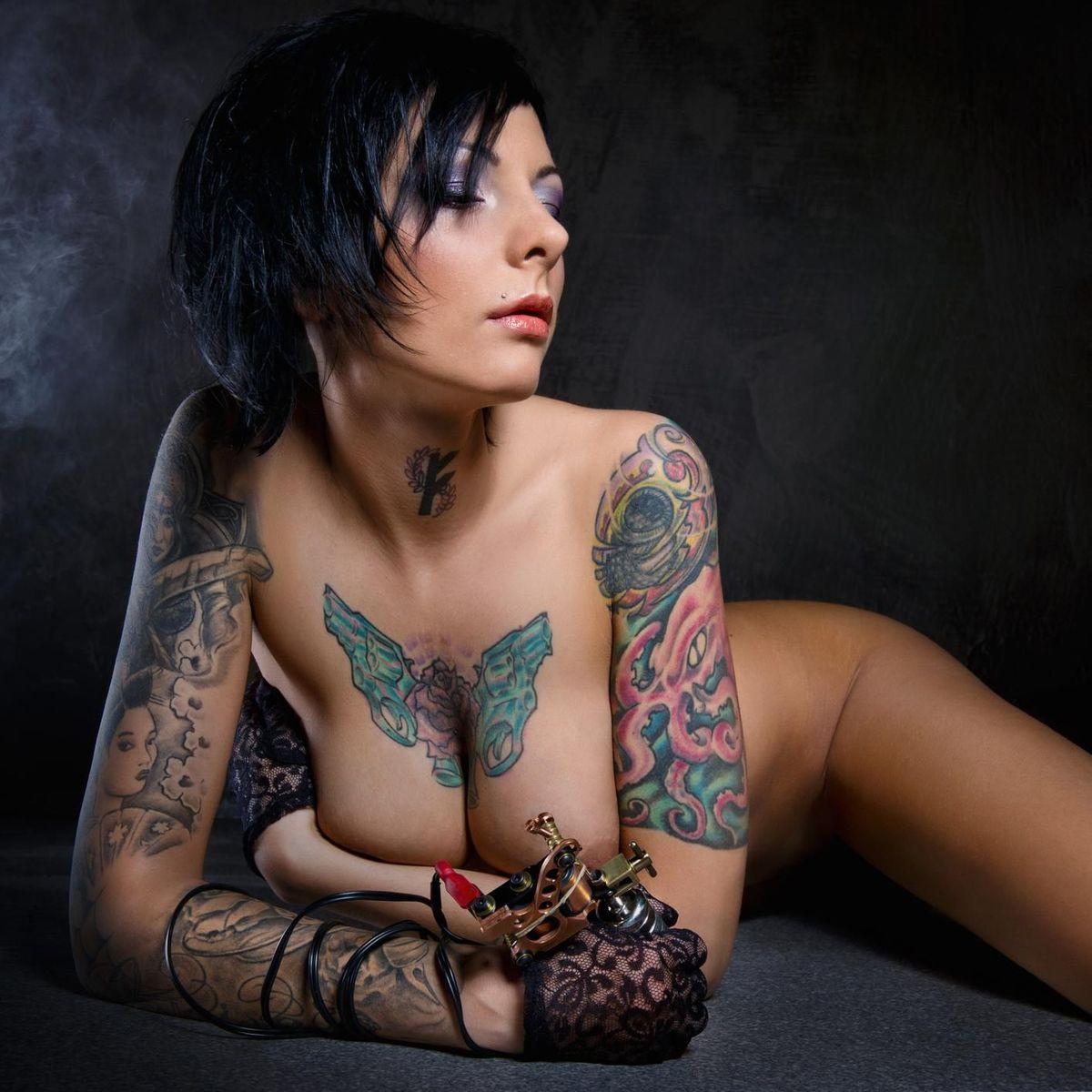 Les femmes avec des tatouages sont le plus salopes