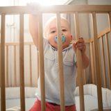 Mon bébé se tape volontairement la tête : dois-je m'inquiéter ?