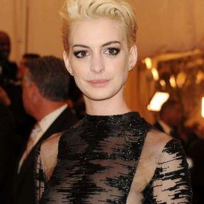 Couleur blonde platine Anne Hathaway