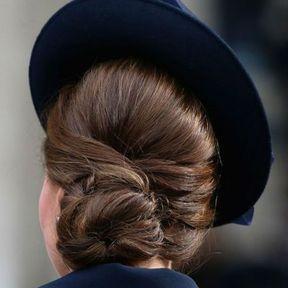 Le chignon bas avec chapeau de Kate Middleton