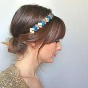 Un headband avec un chignon bas