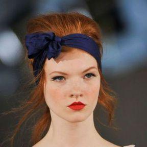 Un headband foulard noué sur le côté