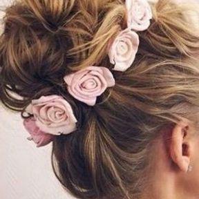 """Chignon effet """"messy"""" orné de roses pour mariage"""