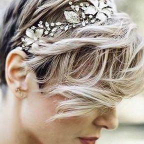 Coiffure de mariage pour cheveux courts avec accessoires