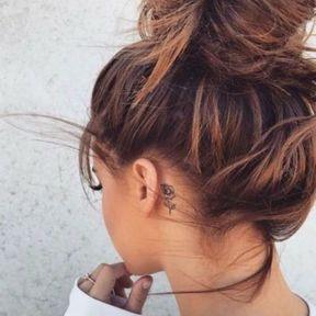 Tatouage discret rose derrière l'oreille