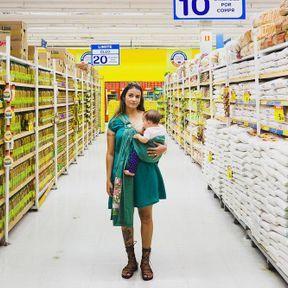 Au Brésil: femme allaitant au supermarché