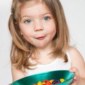 Manger trop de sucre rend les enfants excités