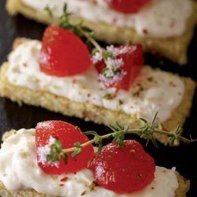 Tartine de Harcha aux figues séchées, crème de bûchette de chèvre et marmelade de tomates au romarin