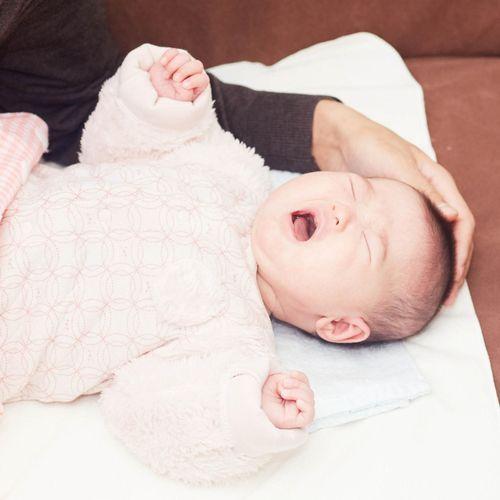 Laisser un peu pleurer son bébé n'affecterait pas son développement